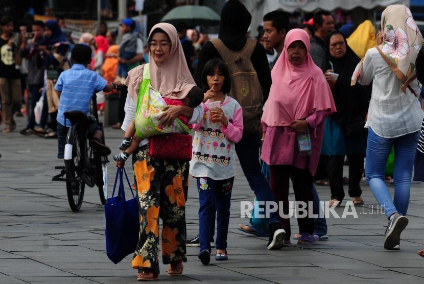 Sejumlah wisatawan saat berkunjung di Kota Tua, Jakarta, Ahad (17/6).