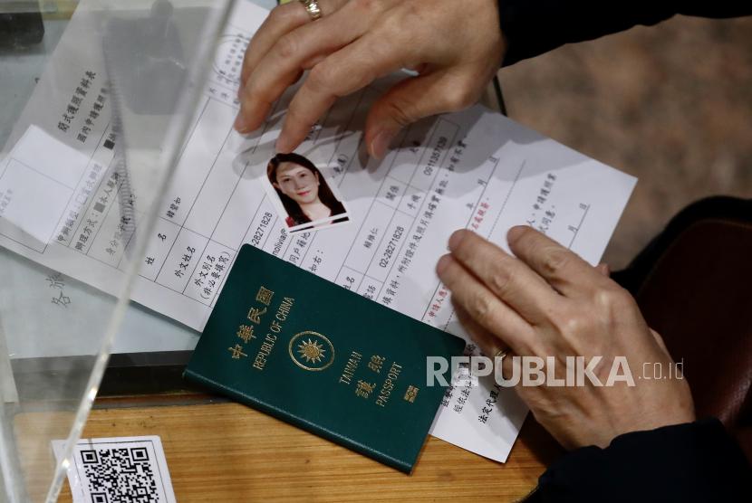 Badan Imigrasi Nasional China (NIA) menghentikan sementara penerbitan paspor dan dokumen perjalanan lainnya untuk mencegah meluasnya kasus impor COVID-19.