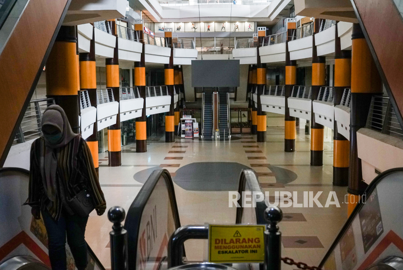 Warga melintas di pertokoan yang tutup di Duta Mall Banjarmasin, Kalimantan Selatan, Selasa (7/4/2020). Marketing Komunikasi Duta Mall memperpanjang masa penutupan sementara hingga tanggal 15 April 2020 sebagai upaya mencegah penyebaran wabah COVID-19