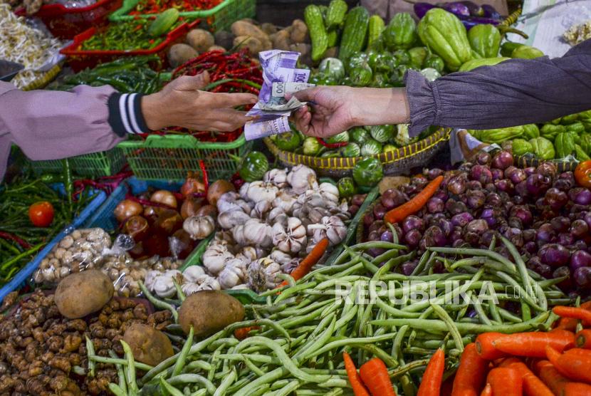 Pedagang sembako dan sayuran melayani pembeli di Pasar Subuh, Kabupaten Ciamis, Jawa Barat, Jumat (11/6/2021). Pemerintah terus berupaya untuk mengoptimalkan penerimaan negara melalui sektor perpajakan, dengan berencana mengenakan Pajak Pertambahan Nilai (PPN) untuk 13 kategori bahan pokok.