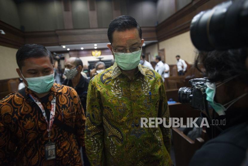 Terdakwa kasus korupsi Bantuan Sosial (Bansos) COVID-19   yang juga mantan Menteri Sosial Juliari Batubara (kanan) berjalan usai sidang perdana di Pengadilan Tindak Pidana Korupsi (Tipikor), Jakarta, Rabu (21/4/2021). Sidang beragendakan pembacaan dakwaan terkait kasus yang juga menyeret dua terdakwa lainnya, mantan pejabat pembuat komitmen di Kementerian Sosial Adi Wahyono dan Matheus Joko Santoso.