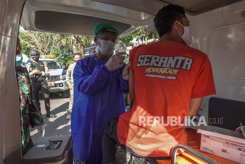 Petugas melakukan vaksinasi COVID-19 kepada warga dengan menggunakan mobil keliling di Purbalingga, Jawa Tengah, Kamis (15/7/2021). Satgas COVID-19 Kabupaten Purbalingga melakukan vaksinasi COVID-19 menggunakan mobil sebagai upaya mempermudah akses warga terhadap vaksin selama PPKM darurat dan  mempercepat target vaksinasi COVID-19 .
