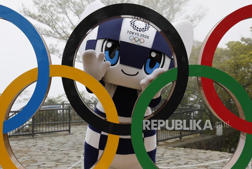 Maskot Olimpiade Tokyo 2020 Miraitowa berpose dengan tampilan Simbol Olimpiade setelah upacara pembukaan simbol di Gn. Takao di Hachioji, Jepang, 14 April 14, 2021, untuk menandai 100 hari sebelum dimulainya Olimpiade Tokyo 2020.