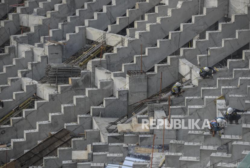 Pekerja menyelesaikan pembangunan Jakarta International Stadium (JIS) di kawasan Papanggo, Jakarta, Selasa (21.9). PT Jakarta Propertindo (Jakpro) mencatat pembangunan JIS yang berkapasitas 82.000 penonton itu telah mencapai 71 persen dan ditargetkan rampung pada Desember mendatang.