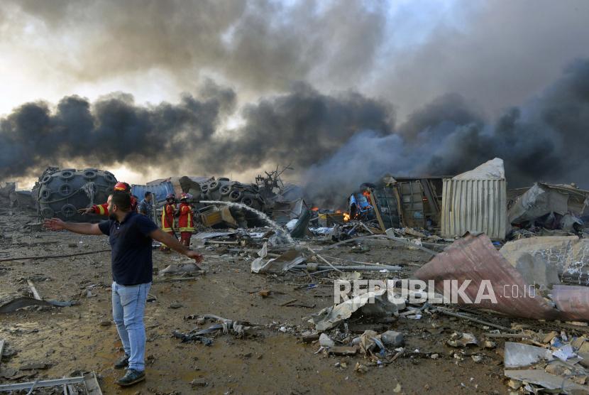 Petugas pemadam kebakaran Libanon memadamkn api di lokasi ledakan di pelabuhan Beirut, Lebanon, Selasa (4/8) waktu setempat.