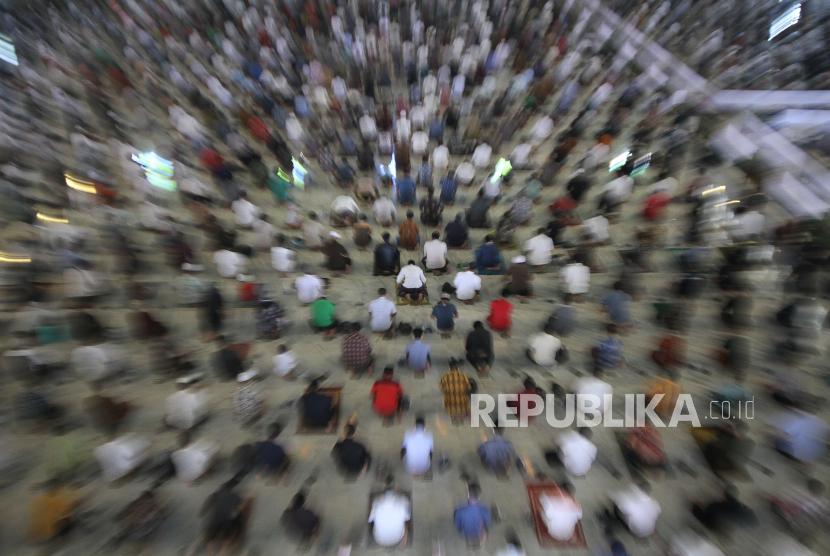 [Ilustrasi] Umat Islam menunaikan sholat Jumat pertama bulan Ramadhan 1442 H di Masjid Al Akbar Surabaya, Jawa Timur.