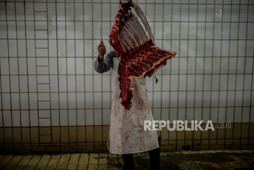 Petugas memotong daging kurban di Rumah Potong Hewan (RPH) PD Dharma Jaya di kawasan Cakung, Jakarta Timur, Rabu (21/7).