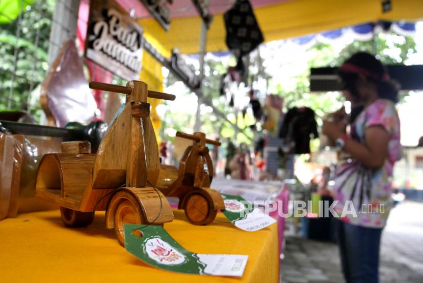 Pengunjung melihat produk UMKM saat Rona Ekspo di Cafe Susu Tuli, Yogyakarta.