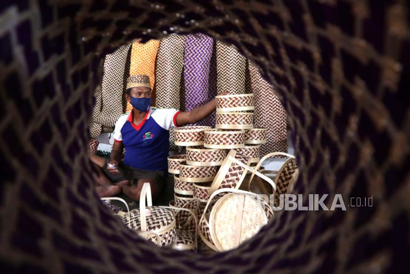Perajin memproduksi rantang untuk hantaran di sentra kerajinan bambu Gintangan, Banyuwangi, Jawa Timur, Selasa (21/9/2021). Pesanan kerajinan tersebut mulai bangkit seiring diperbolehkannya masyarakat menggelar hajatan di daerah itu.