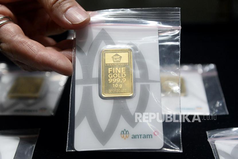 Penjual menunjukan emas batangan di toko emas Cikini, Jakarta, Rabu (22/7). Harga emas batangan Antam pada perdagangan Rabu (22/7) naik Rp 19 ribu menjadi Rp 982.000 per gram dari harga sebelumnya sebesar Rp 963.000 per gram.Prayogi/Republika