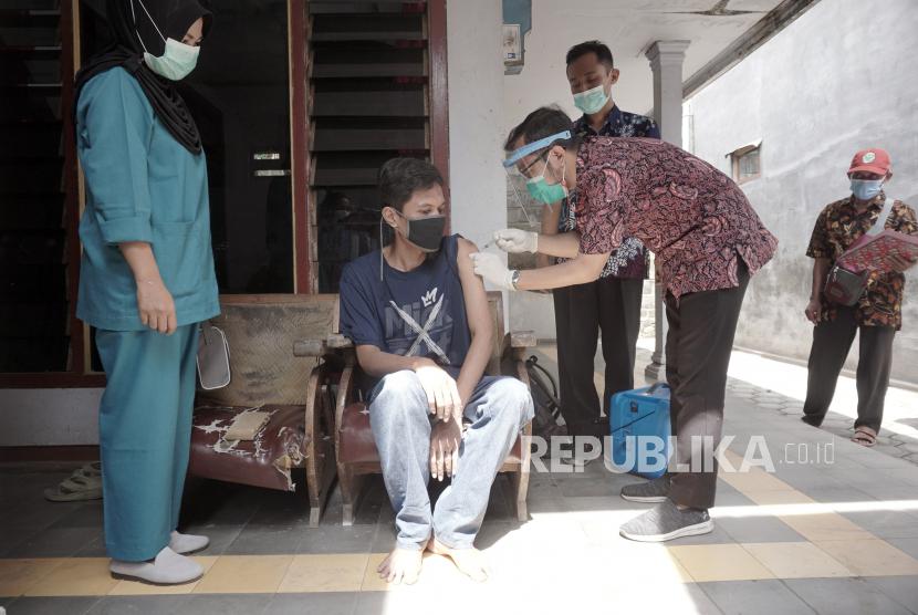 Dua Puskesmas di Tulungagung Mulai Vaksinasi kelompok ODGJ. Petugas menyuntikkan vaksin COVID-19 kepada orang dengan gangguan jiwa (ODGJ) di Tulungagung, Jawa Timur, Kamis (24/6/2021). Vaksinasi lanjutan terhadap kelompok ODGJ di daerah itu ditargetkan menyasar 1.804 orang sebagai upaya mencapai kekebalan komunal.