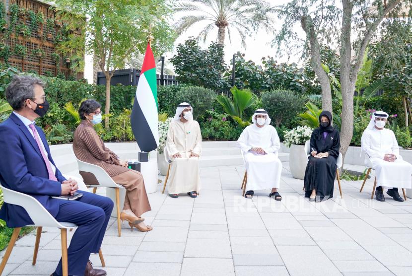 Foto handout yang disediakan oleh Emirates News Agency (WAM) menunjukkan Sheikh Mohammed bin Rashid Al Maktoum, Wakil Presiden dan Perdana Menteri UEA dan Penguasa Dubai (kanan) berbicara dengan Menteri Luar Negeri Spanyol, Arancha Gonzalez Laya (kiri) di Dubai, Uni Emirat Arab, Senin (8/2).