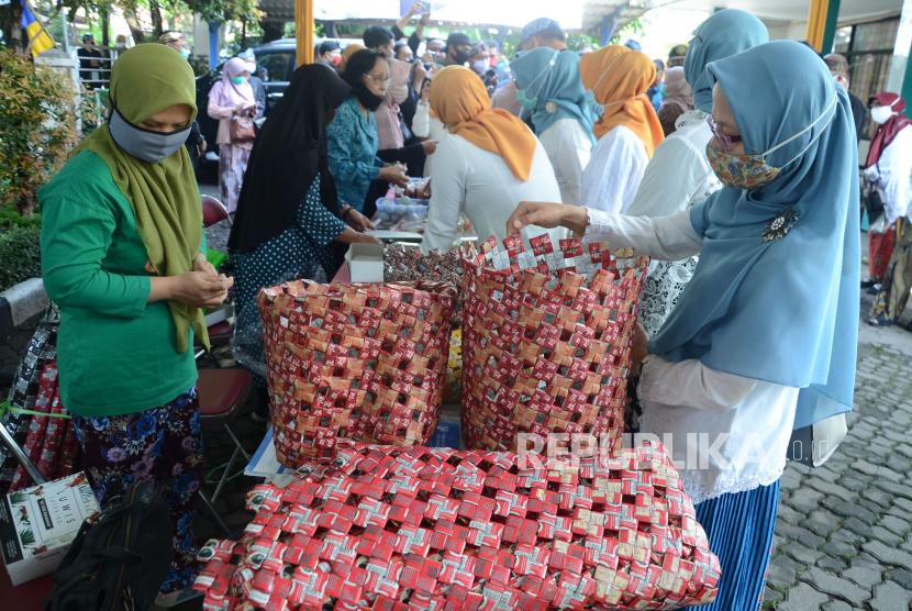 Pengunjung melihat hasil karya para perempuan berupa tas dari limbah kemasan kopi (ilustrasi)