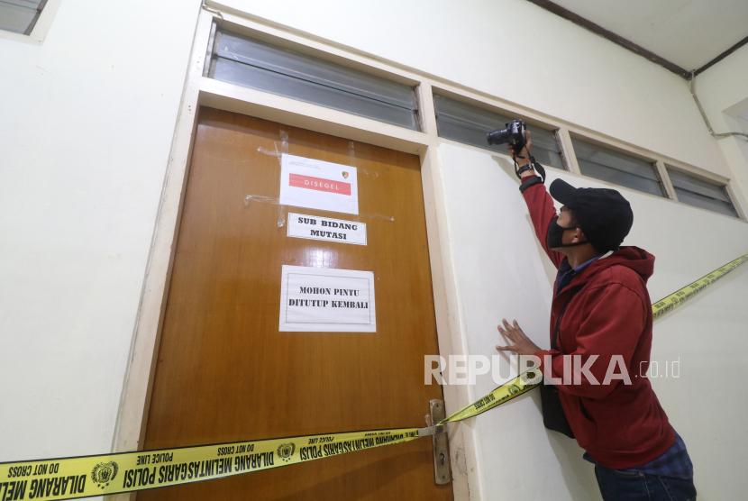 Wartawan mengambil gambar ruangan yang disegel Direktorat Tindak Pidana Korupsi Bareskrim Polri di gedung Badan Kepegawaian Daerah (BKD) Nganjuk, Jawa Timur, Senin (10/5/2021). Komisi Pemberantasan Korupsi (KPK) bersama Bareskrim Polri melakukan penggeledahan gedung BKD saat Operasi Tangkap Tangan (OTT) terhadap Bupati Nganjuk Novi Rahman Hidayat yang diduga terkait jual-beli jabatan. ANTARA FOTO/Prasetia Fauzani/pras.
