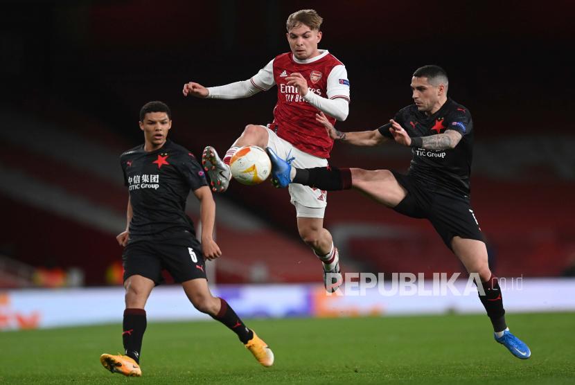 Pemain muda Arsenal Emile Smith Rowe (tengah).