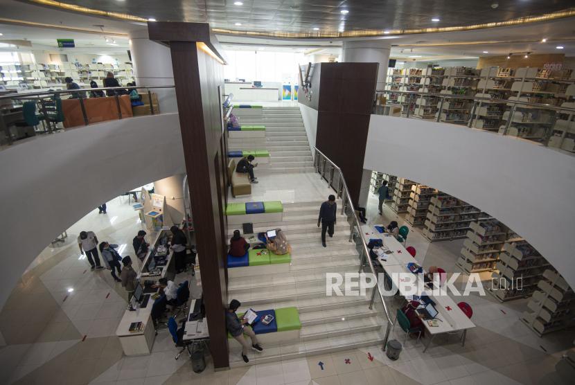 Sejumlah pengunjung membaca buku di Perpustakaan Nasional (Perpusnas), Jakarta, Rabu (5/8/2020). Selain mengurangi jam dan hari kunjungan, Perpusnas juga membatasi pengunjung menjadi 1.000 orang per hari dan menerapkan protokol kesehatan untuk menekan penularan COVID-10.