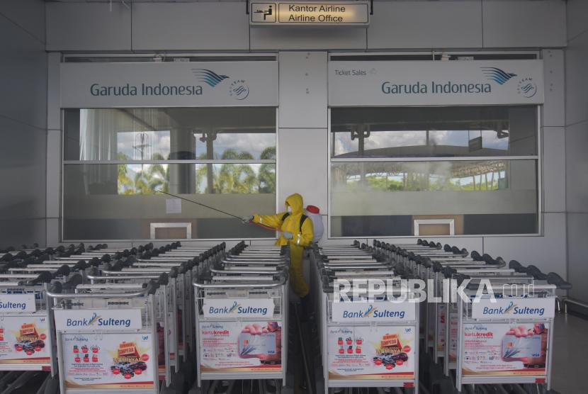 Relawan Palang Merah Indonesia (PMI) menyemprotkan disinfektan di Bandara Mutiara Sis Aljufri di Palu, Sulawesi Tengah, Rabu (25/3/2020). Pemerintah setempat bersama relawan melakukan penyemprotan secara keseluruhan di area bandara tersebut guna mengantisipasi penyebaran virus Corona (COVID-19)