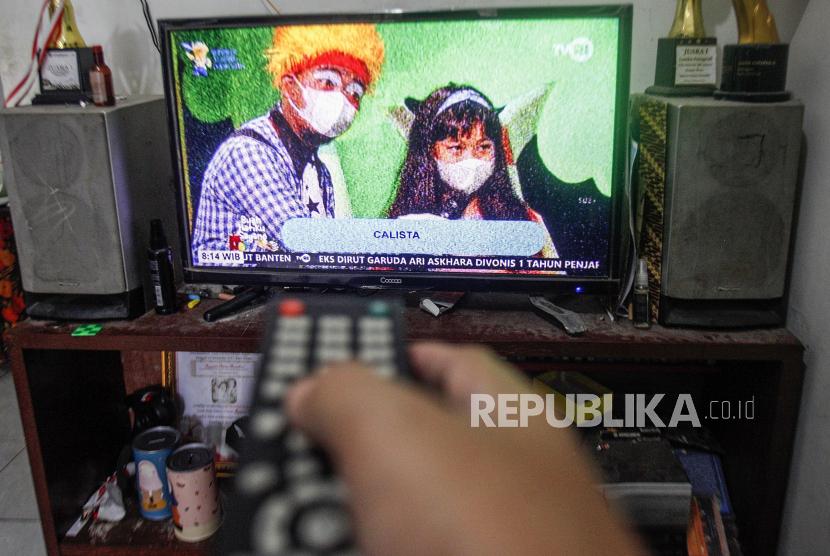 Warga menonton televisi di rumahnya, Depok, Jawa Barat. Proses Analog Switch Off (ASO) atau migrasi dari siaran tv analog ke digital akan segera dimulai, Kementerian Komunikasi dan Informatika (Kominfo) menetapkan tahapan migrasi mulai 17 Agustus 2021 hingga 2 November 2022.