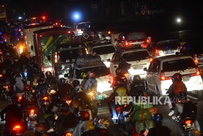Pemudik  dari arah jakarta menuju jawa mulai   terjebak kemacetan pereempatan pos Peundeuy di Karawang, Jawa Barat, Selasa (12/6).