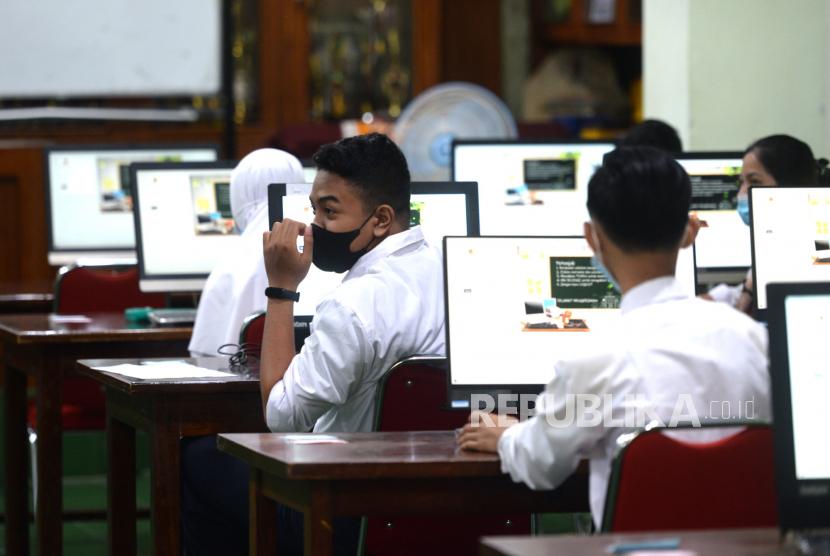 [Ilustrasi] Siswa SMP bersiap menjalani ujian asesmen.