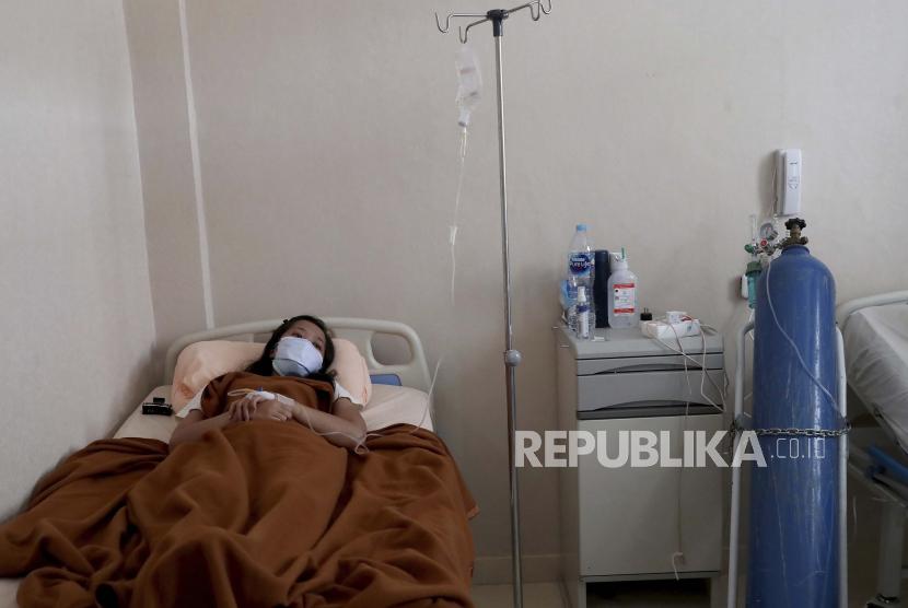 Seorang pasien Covid-19 terbaring di ranjang rumah sakit (ilustrasi)