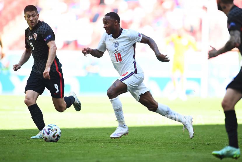 Raheem Sterling (tengah) dari Inggris beraksi selama pertandingan sepak bola babak penyisihan grup D UEFA EURO 2020 antara Inggris dan Kroasia di London, Inggris, 13 Juni 2021.
