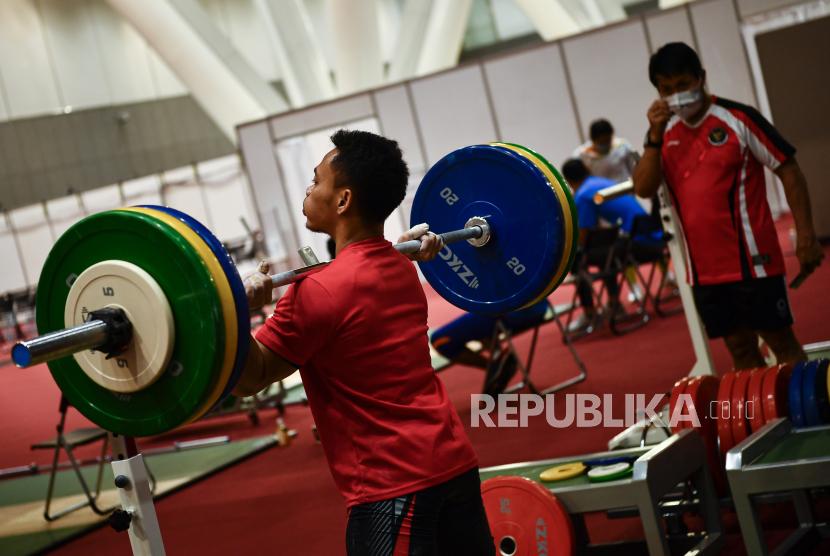 Lifter Eko Yuli Irawan yang akan berlaga di kelas 61 Kg Olimpiade Tokyo 2020 berlatih di Hall Tokyo International Forum, Tokyo, Rabu (21/7/2021).