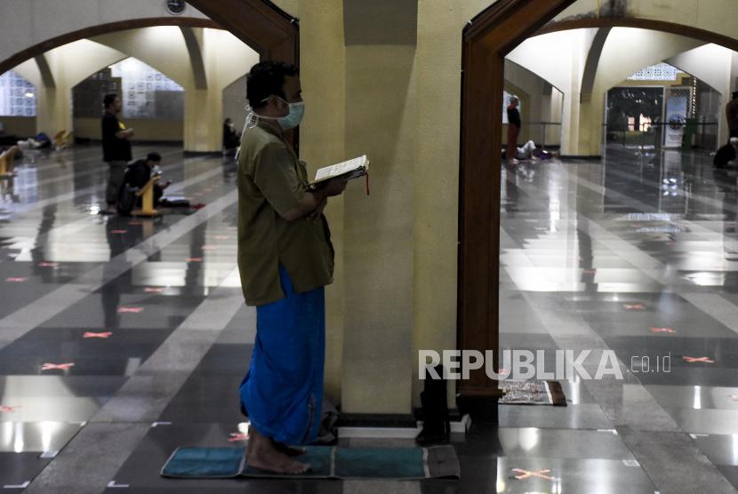 UAS Jelaskan Lima Amalan Utama 10 Hari Terakhir Ramadhan. Umat muslim menunaikan Shalat Tahajud saat beritikaf pada sepuluh malam terakhir Ramadhan 1442 H di Masjid Pusdai, Kota Bandung, Senin (3/5) dini hari. Pada 10 hari menjelang berakhirnya bulan Ramadhan, umat muslim melakukan Itikaf untuk meraih malam kemuliaan (Lailatul Qadar) dengan membaca Alquran, Shalat Tahajud (malam) dan berzikir. Foto: Republika/Abdan Syakura