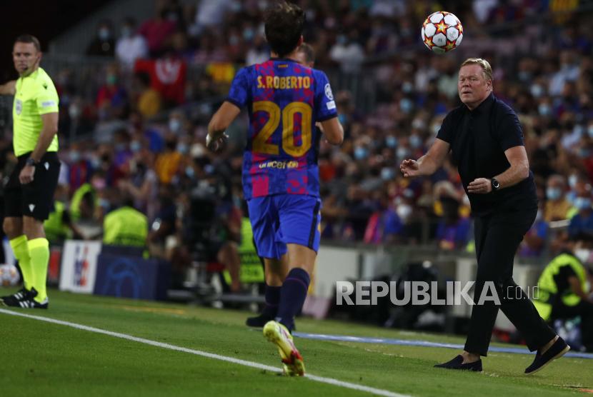 Pelatih kepala Barcelona Ronald Koeman mengembalikan bola ke pemain Barcelona Sergi Roberto pada pertandingan sepak bola grup E Liga Champions antara F.C. Barcelona dan Bayern di stadion Camp Nou di Barcelona, ??Spanyol, Rabu (15/9) dini hari WIB.