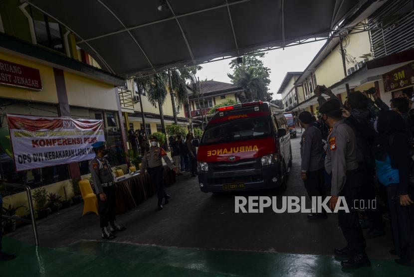 Sejumlah mobil ambulans yang membawa jenazah korban kebakaran Lembaga Permasyarakatan (Lapas) Kelas 1 Tangerang di RS Polri Kramat Jati, Jakarta, Rabu (8/9). Sebanyak tujuh mobil ambulans membawa 41 jenazah yang merupakan warga binaan pemasyarakatan (WBP) Lapas Kelas 1 Tangerang untuk diidentifikasi dengan metode Disaster Victim Identification (DVI). Republika/Putra M. Akbar