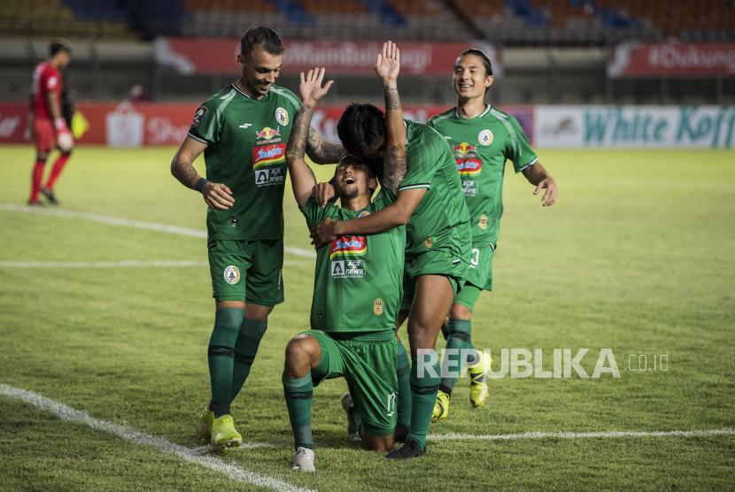 Tim pesepak Bola PSS Sleman melakukan selebrasi kemenangan usai mencetak gol ke gawang Persebaya Surabaya saat pertandingan sepak bola Group C Piala Menpora di Stadion Si Jalak Harupat, Kabupaten Bandung, Jawa Barat, Rabu (7/4/2021). PSS Sleman memenangi pertandingan melawan Persebaya Surabaya dengan skor 1-0.