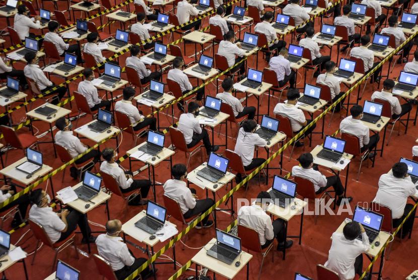 Peserta bersiap untuk mengikuti ujian Seleksi Kompetensi Dasar (SKD) Calon Pegawai Negeri Sipil (CPNS) di Gedung SOR Arcamanik, Jalan Pacuan Kuda, Kota Bandung, Senin (27/9). Pemerintah Kota Bandung membuka 3.523 formasi dalam penerimaan Calon Pegawai Negeri Sipil (CPNS) dan Pegawai Pemerintah dengan Perjanjian Kerja (PPPK) tahun 2021. Formasi tersebut terbagi dua yakni 57 formasi untuk CPNS dan 3.466 formasi untuk penerimaan PPPK. Republika/Abdan Syakura