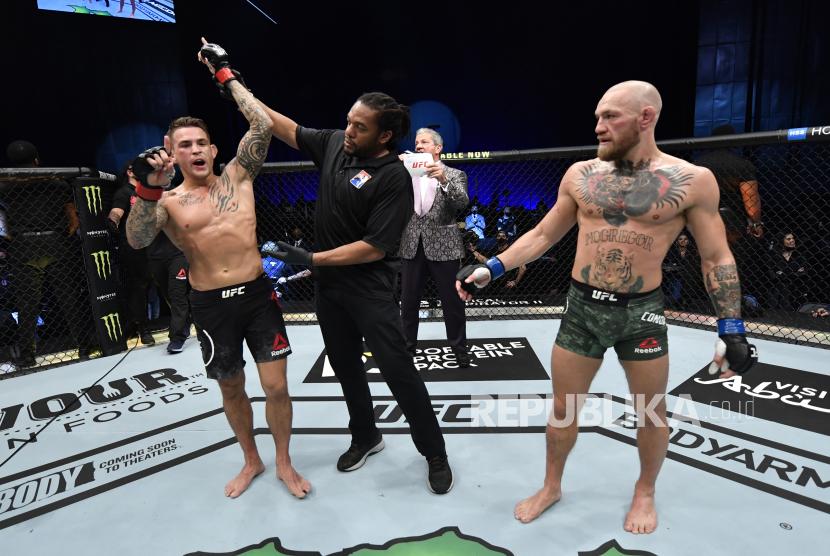Dustin Poirier bereaksi setelah kemenangan KO atas Conor McGregor dari Irlandia dalam pertarungan kelas ringan UFC 257 di dalam Etihad Arena di UFC Fight Island.