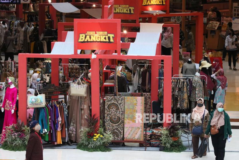 Pengunjung melihat-lihat barang yang dipajang pada pameran K-UKM Expo di Grand City Mall, Surabaya, Jawa Timur, Rabu (15/9). Pemerintah Kota Surabaya kembali melakukan beberapa penyesuaian aturan dalam aturan Pemberlakukan Pembatasan Kegiatan Masyarakat (PPKM) Jawa-Bali yang berlaku hingga 4 Oktober 2021.