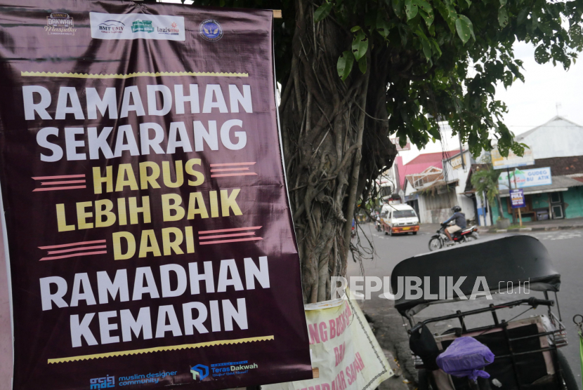 Pamflet nasihat dipasang di tepi jalan Ibu Ruswo, Yogyakarta, Ahad (18/4). Sejumlah pamflet berisi nasihat dan pengingat dipasang menyambut Ramadhan 1442H.