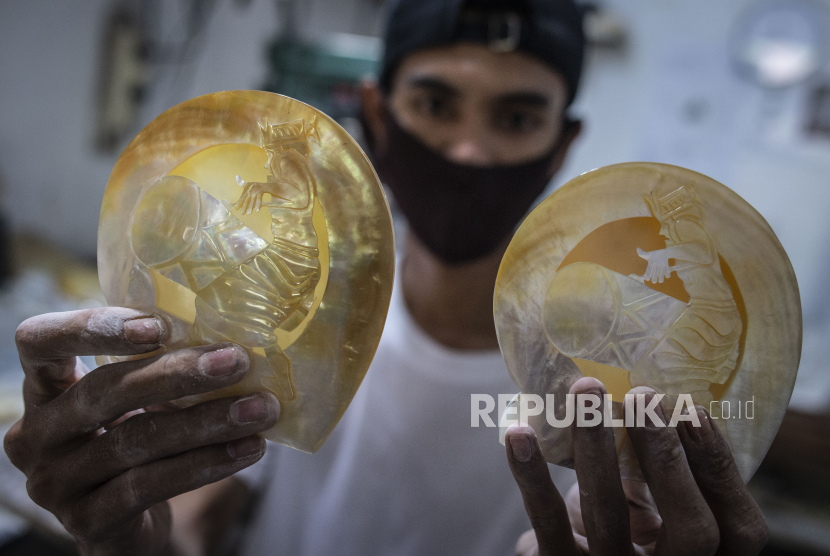 Pengrajin menunjukkan kerajinan kulit kerang mutiara yang akan memidik pasar ekspor (ilustrasi)