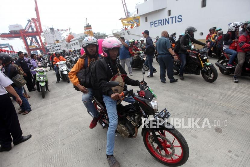 Pemudik menggunakan sepeda motor saat tiba di Pelabuhan Tanjung Priok, Jakarta, Rabu (20/6).