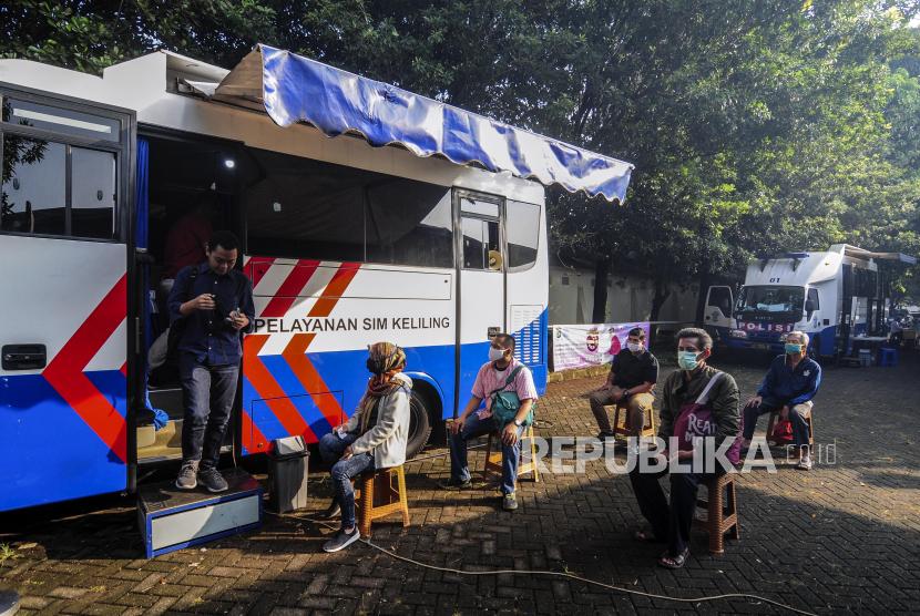 Polda Siapkan Dua Lokasi SIM Keliling di Jakarta. Warga antre saat melakukan perpanjangan SIM pada Pelayanan SIM Keliling di Masjid At-Tin, Jakarta Timur, Rabu (10/6). Diaktifkannya kembali layanan SIM keliling bertujuan mengurangi kepadatan yang terjadi di kantor samsat Jakarta Timur karena membludaknya permintaan warga untuk memperpanjang SIM