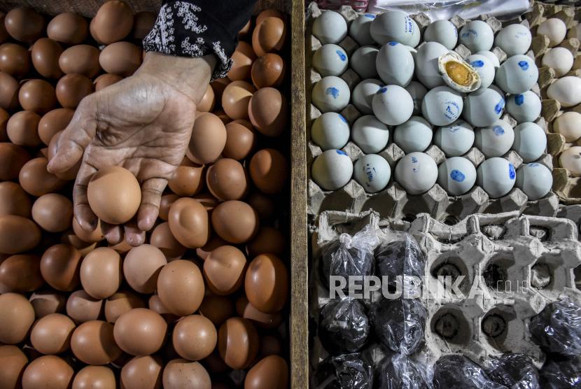 Pedagang merapikan barang dagangan di kiosnya di Pasar Kosambi, Kota Bandung, Kamis (10/6). Pemerintah berencana akan mengenakan Pajak Pertambahan Nilai (PPN) untuk sejumlah bahan pokok (sembako) dari sektor pertanian, perkebunan, kehutanan, peternakan dan perikanan. Ketentuan PPN sembako ini telah diterbitkan dalam Revisi Undang-Undang Nomor 6 Tahun 1983 tentang Ketentuan Umum dan Tata Cara Perpajakan (RUU KUP). Foto: Republika/Abdan Syakura