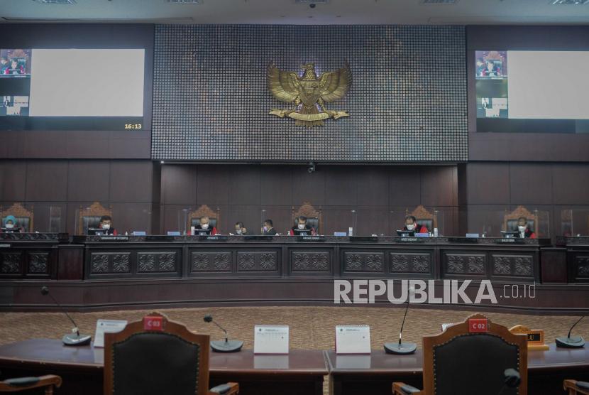 [Ilustrasi] Ketua Mahkamah Konstitusi (MK) Anwar Usman (ketiga kanan) didampingi hakim konstitusi lainnya saat memimpin sidang di ruang sidang utama gedung MK, Jakarta.