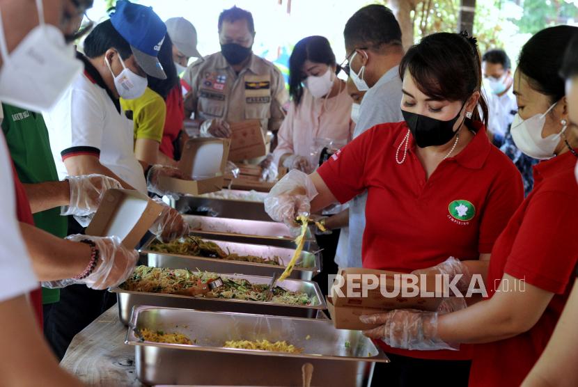 Relawan menyiapkan makanan yang akan dibagikan gratis di Dapur Umum Gotong Royong Kota Denpasar, Bali, Ahad (1/8/2021). Dapur umum yang melibatkan berbagai pihak seperti Pemkot Denpasar, TNI, Polri serta berbagai organisasi dan perusahaan lainnya tersebut setiap harinya mengolah dan mendistribusikan sekitar 1.000 paket makanan untuk membantu warga yang terdampak pandemi COVID-19 dalam memenuhi kebutuhan makanannya sehari-hari.