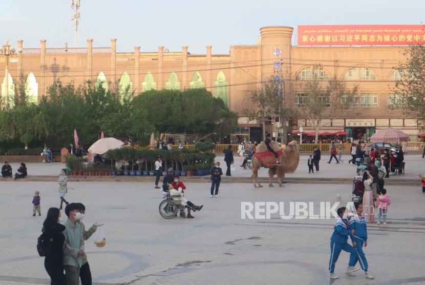 Muslim AS Desak Hilton Hentikan Proyek Hotel di Xianjiang. Suasana menjelang maghrib di depan Masjid Idkah, Kota Kashgar, Daerah Otonomi Xinjiang, China, Senin (19/4/2021). Di sekitar Masjid Idkah ramai pedagang makanan dan persewaan unta tunggangan untuk warga atau wisatawan.