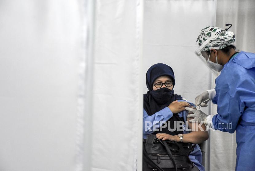 Vaksinator menyuntikan vaksin Covid-19 ke guru di Aula RS Advent Bandung, Jalan Cihampelas, Kota Bandung, Rabu (21/4). Bank Dunia mengumumkan telah mengeluarkan dana hingga 2 miliar dolar AS atau Rp 29 triliun dalam pembiayaan yang disetujui untuk pembelian dan distribusi vaksin Covid-19 bagi 17 negara berkembang.