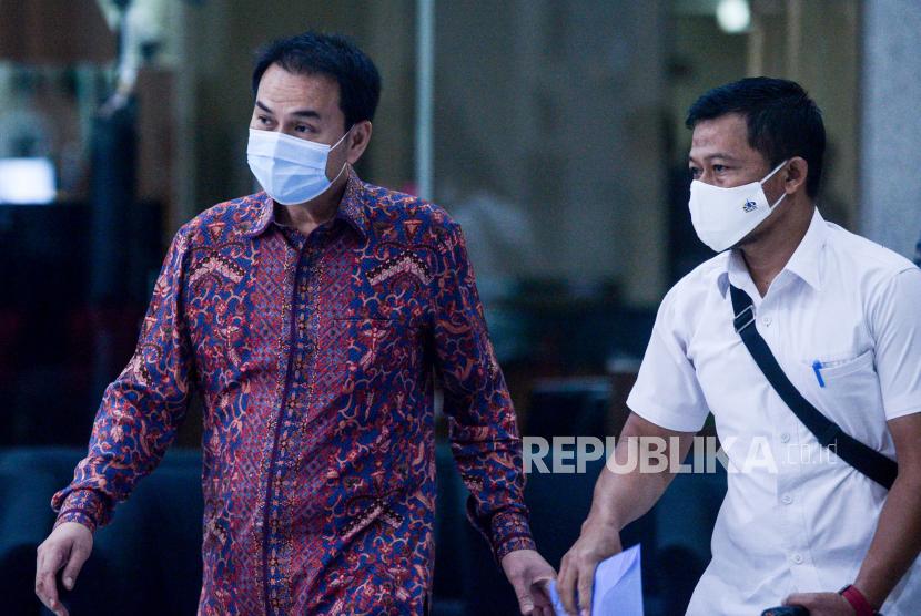 Wakil Ketua DPR RI Azis Syamsuddin berjalan meninggalkan Gedung Merah Putih KPK usai menjalani pemeriksaan di Jakarta.