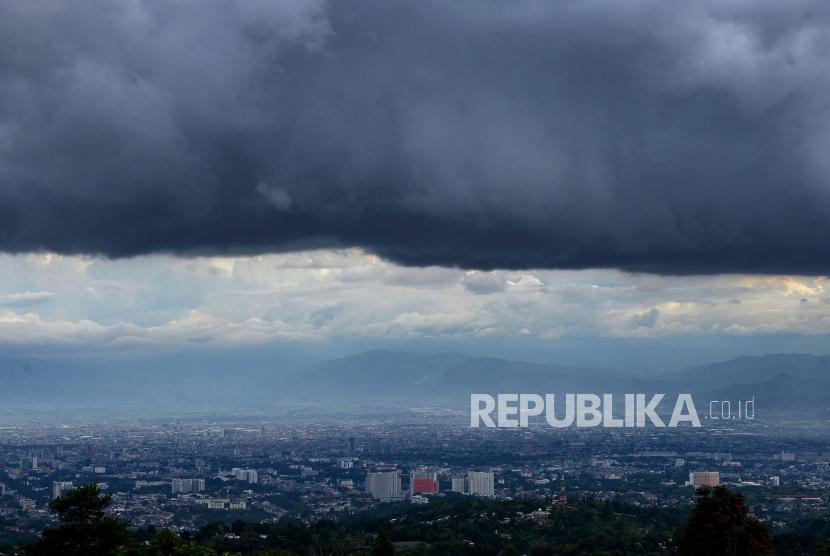 Awan hitam menggelayut di atas Bandung Ray. Menghadapi cuaca ekstrim yang kerap terjadi saat ini, Badan Penanggulangan Bencana Daerah (BPBD) Jawa Barat menghimbau masyarakat khususnya yang tinggal di wilayah beresiko tinggi agar selalu waspada.