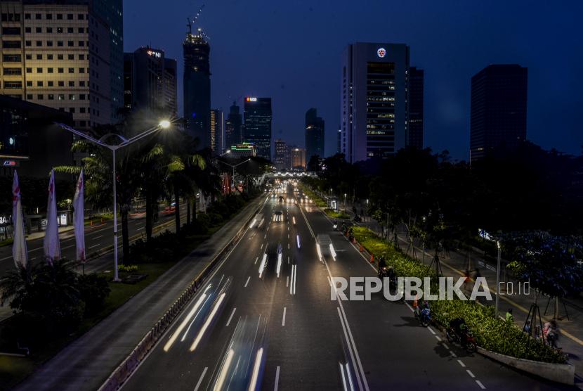 Sejumlah kendaraan melintas diantara gedung-gedung di kawasan Sudirman, Jakarta, Rabu (5/8). Badan Pusat Statistik (BPS) mencatat pertumbuhan ekonomi Indonesia pada kuartal II 2020 mengalami kontraksi atau minus 5,32 persen akibat pandemi Covid-19. Republika/Putra M. Akbar