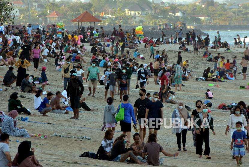 Wisatawan memadati area Pantai Sanur saat Pemberlakuan Pembatasan Kegiatan Masyarakat (PPKM) level 3 di Denpasar, Bali, Ahad (19/9/2021). Obyek wisata yang dicanangkan sebagai kawasan zona hijau bebas COVID-19 tersebut ramai dikunjungi wisatawan setelah PPKM level 4 diturunkan menjadi level 3.