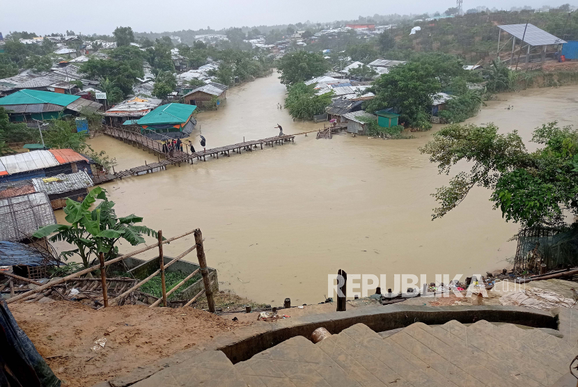 Pemandangan kamp pengungsi Rohingya nomor 4 yang terendam banjir setelah hujan lebat di Cox
