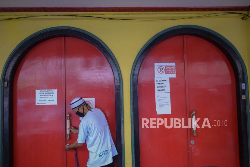 Mualaf di Masjid Lautze: Pengurus masjid menutup pintu masuk Masjid Lautze di Jalan Lautze, Sawah Besar, Jakarta, Senin (28/9).
