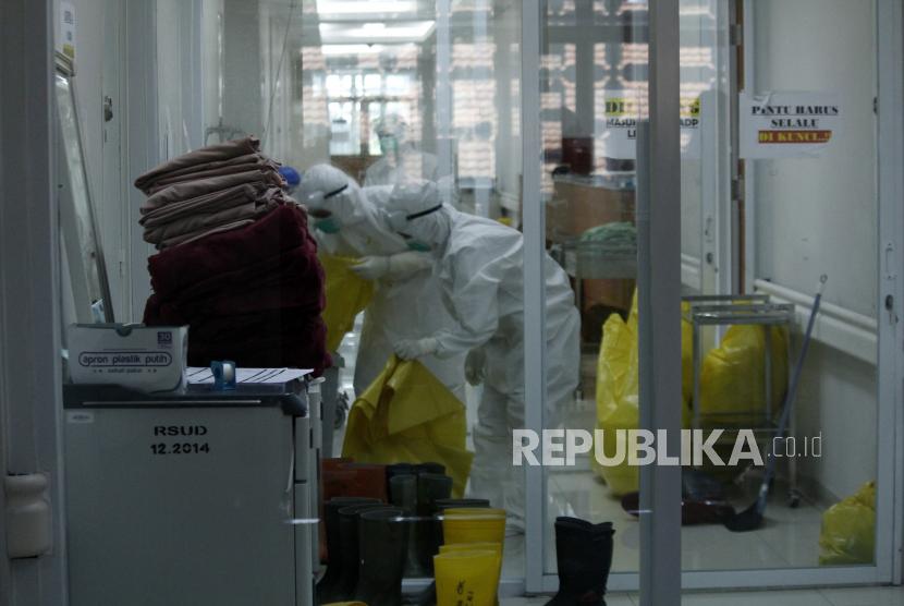 Petugas kesehatan memakai Alat Pelindung Diri (APD) mengumpulkan limbah medis di ruang perawatan pasien COVID-19 di RSUD Kota Bogor, Jawa Barat, Rabu (16/6/2021). Penambahan jumlah kasus positif COVID-19 di Kota Bogor menyebabkan tingkat keterisian tempat tidur di ruang perawatan dan ICU RSUD Kota Bogor ikut meningkat hingga mencapai 75 persen atau hampir masuk kategori zona merah.